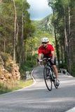 Ciclista que aumenta la montaña Fotografía de archivo libre de regalías
