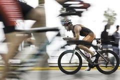 Ciclista que compite con en el camino imagen de archivo
