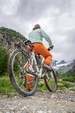 Ciclista que consigue listo para comenzar foto de archivo