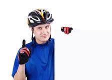 Ciclista que lleva a cabo una muestra en blanco Fotografía de archivo libre de regalías