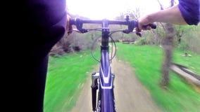 Ciclista que monta abaixo de uma fuga na floresta filme