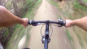 Ciclista que monta abaixo de uma trilha difícil vídeos de arquivo