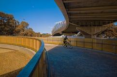 Ciclista que monta abajo del paso superior espiral Imagen de archivo