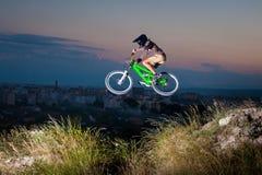 Ciclista que monta cuesta abajo en la bici de montaña en la colina imagenes de archivo