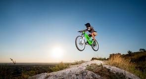 Ciclista que monta cuesta abajo en la bici de montaña en la colina Fotografía de archivo