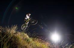 Ciclista que monta cuesta abajo en la bici de montaña en la colina Imagen de archivo