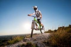 Ciclista que monta cuesta abajo en la bici de montaña en la colina Foto de archivo