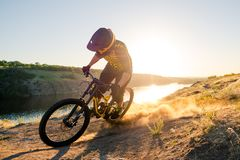 Ciclista que monta la bici de montaña en el verano Rocky Trail en la tarde Deporte extremo y concepto de ciclo de Enduro imagen de archivo libre de regalías