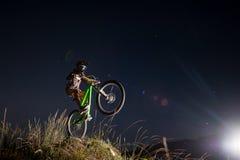 Ciclista que monta para baixo no Mountain bike no monte imagens de stock royalty free