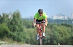 Ciclista que monta uma bicicleta Fotografia de Stock Royalty Free