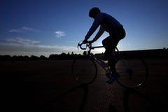 Ciclista que monta una bici en el fugitivo de Tempelhof Imagenes de archivo