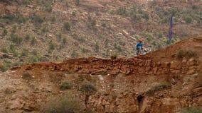 Ciclista que monta una bicicleta downhill Concepto Biking del deporte extremo fotografía de archivo libre de regalías