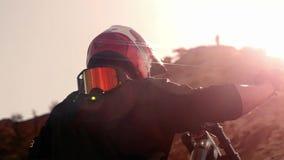 Ciclista que monta una bicicleta downhill Concepto Biking del deporte extremo foto de archivo
