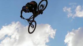 Ciclista que monta una bicicleta downhill Concepto Biking del deporte extremo foto de archivo libre de regalías