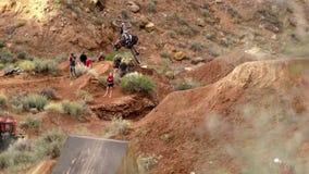 Ciclista que monta una bicicleta downhill Concepto Biking del deporte extremo fotografía de archivo