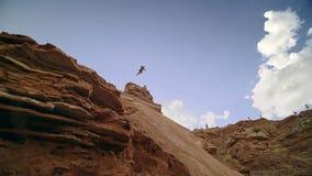Ciclista que monta una bicicleta downhill Concepto Biking del deporte extremo imagenes de archivo