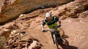 Ciclista que monta una bicicleta downhill Concepto Biking del deporte extremo imagen de archivo libre de regalías