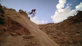 Ciclista que monta una bicicleta downhill Concepto Biking del deporte extremo fotos de archivo libres de regalías