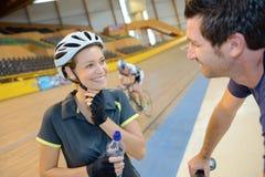 Ciclista que tem uma conversação imagens de stock