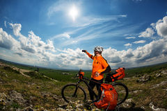 Ciclista que toma a imagem com telefone esperto Imagem de Stock Royalty Free
