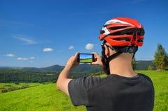 Ciclista que toma imagens com telefone esperto Imagem de Stock