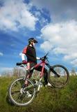 Ciclista que va para arriba la cuesta Foto de archivo
