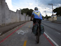 Ciclista su un percorso della bici nel Brasile Immagine Stock