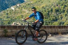 Ciclista su una strada della montagna nel Alpes-Maritimes Fotografia Stock