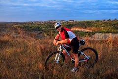 Ciclista sulla traccia del prato Fotografie Stock Libere da Diritti