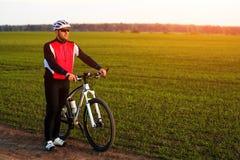 Ciclista sulla traccia del prato Fotografia Stock Libera da Diritti