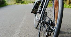 Ciclista superior que prepara-se para dar um ciclo no campo 4k filme