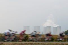 Ciclista vicino alla centrale atomica Fotografie Stock