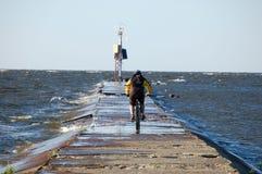 Ciclista y el mar Foto de archivo libre de regalías