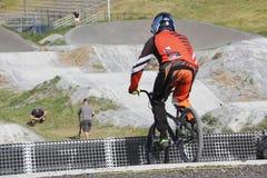 Ciclista y pista de BMX Fotos de archivo