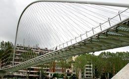 Ciclista y puente peatonal Zubi-Zuri en Bilbao Imagen de archivo libre de regalías
