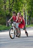 Ciclista y rollerblader Foto de archivo libre de regalías
