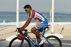 Ciclista Yonathan Monsalve de Venezuela después de la competencia olímpica del camino de ciclo de Río 2016 del final de la Río 20 Imagenes de archivo