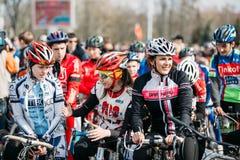 Ciclistas das jovens mulheres no Sportswear para dar um ciclo na abertura do Fotos de Stock Royalty Free