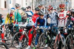 Ciclistas das jovens mulheres no Sportswear para dar um ciclo na abertura do Imagens de Stock Royalty Free