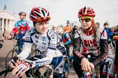 Ciclistas das jovens mulheres no Sportswear para dar um ciclo na abertura do Fotografia de Stock