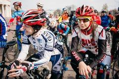Ciclistas das jovens mulheres no Sportswear para dar um ciclo na abertura do Imagem de Stock Royalty Free