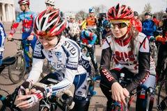Ciclistas das jovens mulheres no Sportswear para dar um ciclo na abertura do Fotos de Stock
