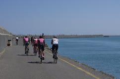 Ciclistas de entrenamiento en el embarcadero en la bahía de Heraklion imagen de archivo libre de regalías