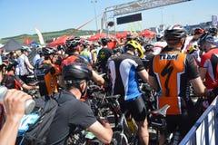 Ciclistas de la bici de montaña en la línea del comienzo Foto de archivo