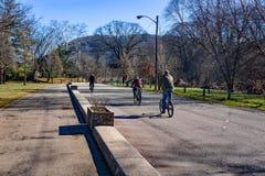 Ciclistas de la madrugada en el Greenway del río de Roanoke imágenes de archivo libres de regalías