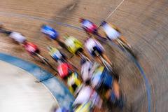 Ciclistas de la pista en el movimiento Fotografía de archivo libre de regalías