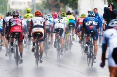 Ciclistas de los diversos equipos Foto de archivo libre de regalías