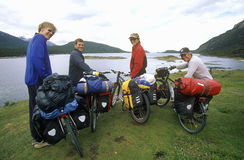 Ciclistas del campo a través en las montañas de los Andes, Tierra del Fuego National Park, Ushuaia, la Argentina Fotografía de archivo libre de regalías