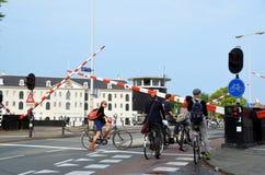 Ciclistas en Amsterdam Imágenes de archivo libres de regalías