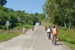 Ciclistas en el camino del campo imagen de archivo libre de regalías